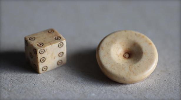 Dados encontrados en una excavación romana