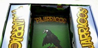 Interior de la caja del juego Pajarracos