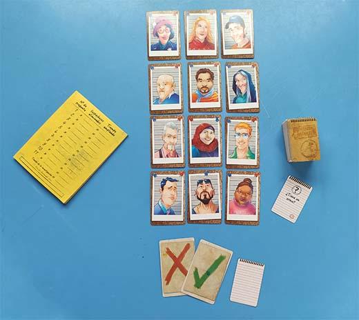 Colocación inicial del juego de tablero sospechosos inusuales