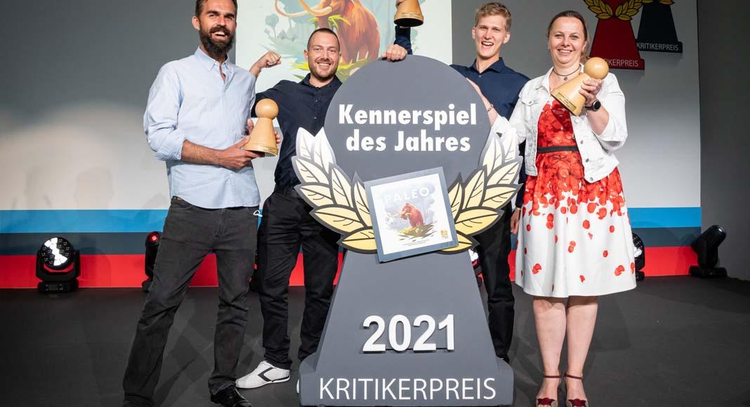 Foto de la entrega del KennerSpiel des Jahres 2021 a los responsables de Paleo