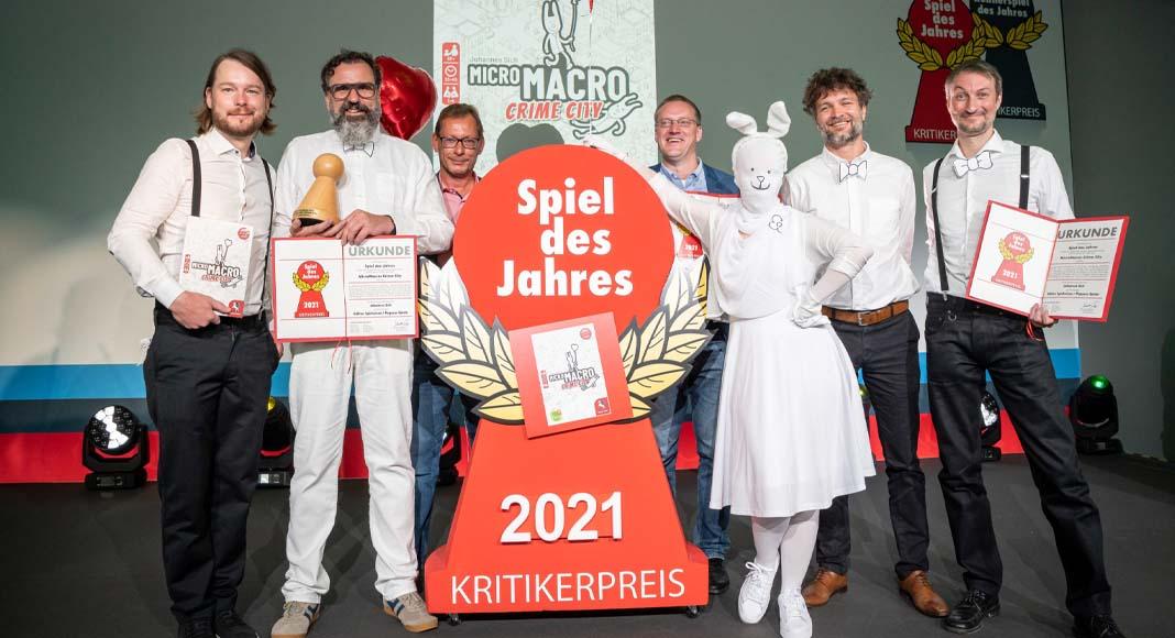 Foto de la entrega del Spiel des Jahres 2021 a los responsables de Micromacro Crime City